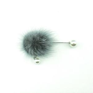 www.axelles-fashion.com cloth brooch trend 2019