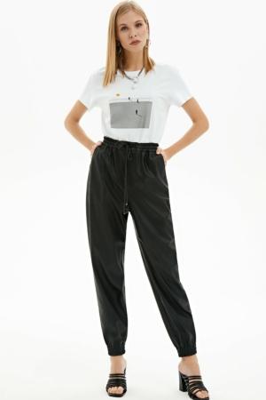 Eco-leder broek, elastische tailleband, tapered-fit, zwart, tshirt, voorkant, AXELLES